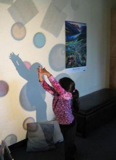 Using an overhead projector Preschool Rooms, Preschool Centers, Kindergarten Activities, Projector Ideas, Overhead Projector, Play Based Learning, Science Fun, Sensory Activities, Light And Shadow