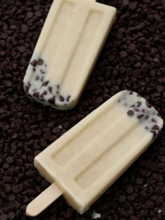 Cookies & Cream pop via iVillage: To make, heat two and 1/2 cups of milk in the microwave for one minute, add 2/3 cup light brown sugar and two teaspoons of vanilla and mix together. Then sprinkle one teaspoon of chocolate chips into the bottom of your popsicle mold, cover with cookie dough mix and freeze.
