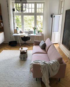 Blick ins Arbeitszimmer - Schreibtisch am Fenster und zum Entspannen rosafarbenes Sofa