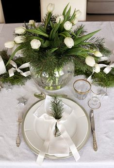 Christmas table setting/tablescape and decoration in white, green and silver. http://anettewillemine.com/