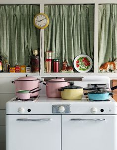 vintage stove I want the pink enamel pots and pans Kitchen Items, Home Decor Kitchen, Interior Design Kitchen, Home Kitchens, Kitchen Dining, Kitchen Stuff, Dining Room, Cuisinières Vintage, Vintage Decor