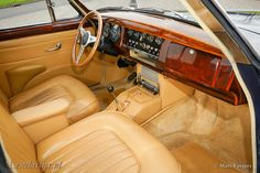 Prachtige Jaguar MKII 3.8, met vierversnellingen en een overdrive, bouwjaar 1960, uitgevoerd in de chique kleur donker blauw, gecombineerd met een beige lederen interieur. Deze Jaguar MKII werd in September 1959 nieuw geleverd in New York (USA), sinds 2001 is de MKII in Nederland geregistreerd. Deze Jaguar MKII is jaren door ons onderhouden en technisch... verander mij in extras.php