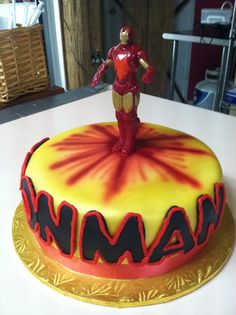 Iron man cake. Airbrush work. Base Electric yellow y luego gold sheen.