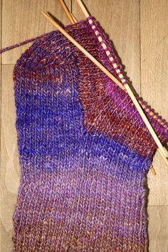 Englegarn: Sådan strikker du en strømpe Trin-for-trin Lace Knitting, Knitting Socks, Crochet Yarn, Knitting Patterns Free, Knitted Fabric, Stitch Patterns, Knitted Hats, Crochet Patterns, Simply Knitting