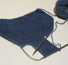 Strikk og tøys: Babysokk trinn for trinn - illustrert Knitted Hats, Crochet Hats, Baby Barn, Baby Socks, Baby Knitting Patterns, Fashion, February, Knitting Hats, Moda