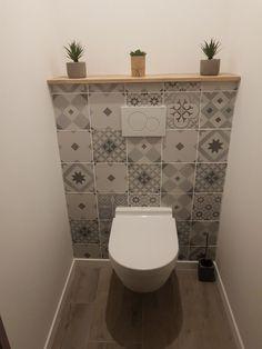 WC suspendu #smalltoiletroom Tablier en carreaux de ciment Small Downstairs Toilet, Small Toilet Room, Guest Toilet, Downstairs Bathroom, Bathroom Interior, Modern Bathroom, Small Bathroom, Tiny Powder Rooms, Powder Room Design