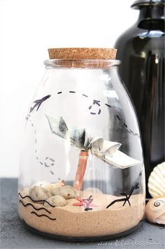Geldgeschenke persönlich und kreativ verpacken? Wie wär's mit einem Reiseglas für den Zuschuss zur Reisekasse? Hier geht's zur ausführlichen Anleitung:  https://www.filizity.com/diy/geldgeschenke-verpacken-reisen