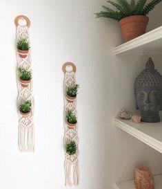 На изображении может находиться: в помещении Богемная Гостиная, Современный Богемный, Богемный Декор, Богемный Стиль, Комнатные Цветы, Украшение Для Дома Своими Руками, Небольшие Коттеджи