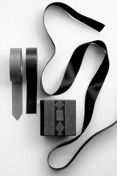 x-mas wrapping white & white by mokkasinhttp://www.mokkasin.com/sv/produkter/pyssla/washi-tejp-svart-monster.html