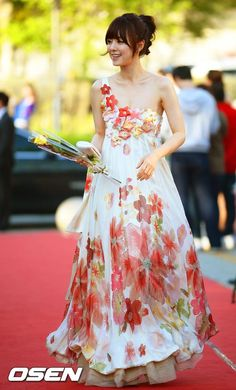 """""""I'm in love with this look, worn by Hong Su-ah (I Trusted Men); It's springy and fresh, and from all the photos of the event it looks like the skirt flows like a dream. I'd want to twirl in it all day, maybe in a grassy meadow somewhere, while making daisy chains and nuzzling my pet unicorn. Hey, a girl can dream, and a dress that can make you feel that light and breezy is a winner, I say. I think it's also the vaguely hanbok-i."""" -javabeans"""
