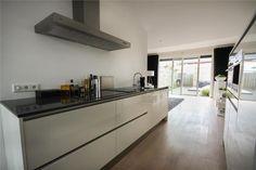 . Keuken model Bremen  Greeploos hoogglans, composiet steen, Pelgrim apparatuur  #interieur & #keukens #funda #wonen