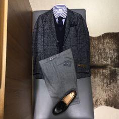 上半身をブルーグラデーションで纏め、パンツは今までだとミディアムか、チャコールグレイの所を、今シーズンはライトグレーの2プリーツ、サイドアジャスターでクラシカルな雰囲気がオススメです。 Mens Fashion Suits, Fashion Outfits, Blazer Outfits Men, Man Dressing Style, Designer Suits For Men, Casual Wear For Men, Herren Outfit, Moda Casual, Checked Blazer