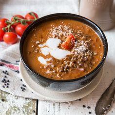 Linsen vereinen sich mit Tomaten zu einer wohltuenden Suppe, die mit Kokosmilch verfeinert wird - eine Wohltat an kalten Wintertagen.