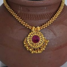 This Kolhapuri thushi is made by broad plain mani giving it a elegant an thick look. Having a ruby stoned pendal with nice hand made taas of two lines makes it look ELEGANT. Kolhapuri saaj is the perfect pattern to this design. Gold Bangles Design, Gold Jewellery Design, Handmade Jewellery, Silver Jewellery, Indian Jewelry Earrings, Bridal Jewelry, Jewelery, India Jewelry, Pearl Jewelry