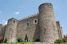 """CASTLES OF SPAIN - Castillo de Arenas de San Pedro o de la Triste Condesa, Ávila. Construido en 1400 por Ruy López Dávalos, éste fue desposeido de sus bienes y desterrado por participar en el """"Golpe de Tordesillas"""", el castillo pasaría a Rodrigo Alonso Pimentel, conde de Benavente, quien en 1430 lo entregó como dote a su hija Juana en su esponsales con el Condestable Álvaro de Luna. Don Álvaro, acusado de sedición fue decapitado en 1453 y a su viuda le llamarian «la Triste Condesa»."""