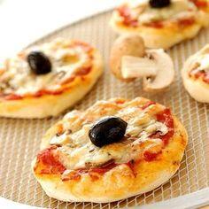 Découvrez la recette Mini pizzas reine sur cuisineactuelle.fr.