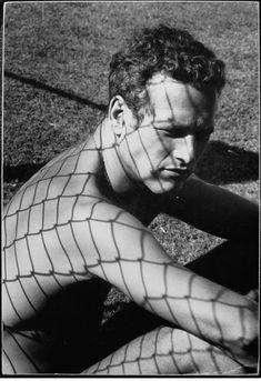 Lee Friedlander fotógrafo estadounidense. Realizó estudios de fotografía en el Art Center School, al año siguiente se trasladó a Nueva York y estuvo trabajando en portadas de discos de música de jazz.En sus primeros trabajos se notaba la influencia de Eugéne Atget, Robert Frank y Walker Evans.