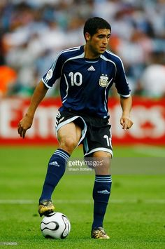 Juan Riquelme of Argentina in action during the FIFA World Cup Germany 2006 Quarter-final match between Germany and Argentina played at the Olympic Stadium on June 2006 in Berlin, Germany. Pure Football, Best Football Players, Football Stadiums, Football Jerseys, Soccer Players, Lionel Messi, Fifa, Argentina World Cup, Free Kick