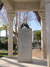 Monumento a los amantes.Con un precioso poema de Ibn Zaydun a Wallada