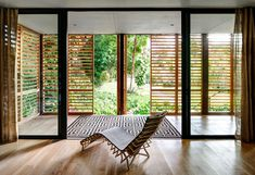 Brillhart House (Foto: Bruce Buck / The New York Times) Tropical Architecture, Interior Architecture, Interior And Exterior, Tropical Houses, My Dream Home, My House, House Roof, Outdoor Living, Sweet Home