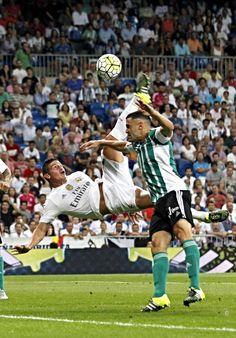 James de un disparo de Kroos sacó un control defectuoso que elevó tanto el balón que le dejó la posibilidad de inventar una chilena espectacular. 29.8.15