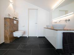 Die Anthraziten Schieferfliesen Entfalten In Diesem Modernen Badezimmer  Ihre Elegante Wirkung Jonastone   Bad Modern Fliesen