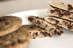 Cookies  INGREDIENTES: 80g de harina de avena sabor Cookies and Cream que podeis comprar Aqui  (o en su defecto, copos de avena molidos) 2g de Stevia o edulcorante granulado 1 huevo entero (talla L-XL) Esencia o saborizante de vainilla 2 onzas de chocolate negro sin azúcares añadidos