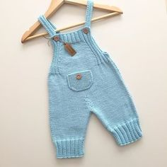 Eerste keer dat ik dit model brei, maar kleur is mijn kleur . Baby Pants Pattern, Baby Boy Knitting Patterns, Baby Sweater Knitting Pattern, Baby Patterns, Crochet Baby Pants, Knit Baby Dress, Knitted Baby Clothes, Baby Cardigan, Baby Dungarees
