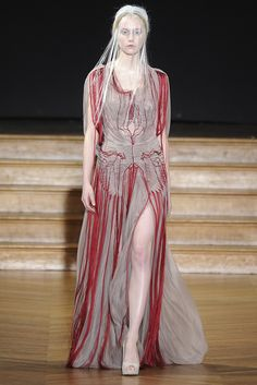 The designer showed off her craftsmanship with a collection inspired by Russian sculptor Naum Gabo. Yiqing Yin, Spring Couture, Lace Embroidery, Fabric Manipulation, Modern Bohemian, Fashion Boutique, Fashion News, Womens Fashion, Runway Fashion