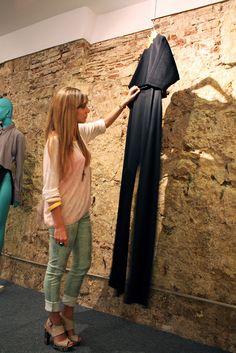 """Guiri en véritable """"socialite"""" court tous les événements mode de Barcelone. Ici, elle découvre les nouvelles pièces de Daniel Rabaneda lors d'un vernissage près de l'Arc de Triomf."""