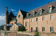Dominant la plaine d'Alsace, le Mont Sainte-Odile fut durant plusieurs siècles le siège d'un important monastère. Aujourd'hui, ce lieu religieux dédié à Sainte-Odile, patronne de l'Alsace, est encore fréquenté par de