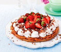 Sweet stuff - Basically a banoffee pie with strawberries instead of bananas and crushed daim in the cream. Pudding Desserts, Cookie Desserts, Just Desserts, Cookie Recipes, Dessert Recipes, Supermarket, Best Sweets, Banoffee Pie, Chocolate Sweets
