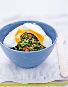 Recette Oeufs pochés, lentilles vertes du Puy  : Faites cuire les lentilles dans une casserole d'eau, avec du poivre, le thym et le laurier, pendant 15 à 20 m...