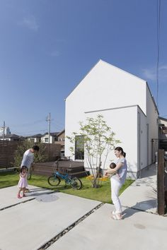 三角屋根の白いハコ。 – D'S STYLE(ディーズスタイル) Minimalist Architecture, Architecture Details, Facade Design, House Design, Japanese Modern House, Compact House, Narrow House, Architectural Section, Facade House