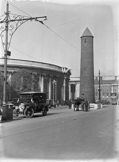 A round tower College Green Dublin. Erected in 1932 as part of the Eucharistic Congress celebrations. Ireland Pictures, Images Of Ireland, Old Pictures, Old Photos, Dublin Street, Dublin City, Dublin Ireland, Ireland Travel, Round Tower