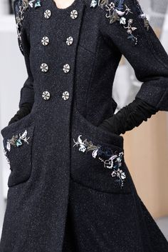 Выкладываю очередную подборку вышивок с подиумов. На этот раз я постаралась добавить побольше работ осенне-зимнего сезона. Особенно мне нравятся вышивки на верхней одежде — на пальто, например! Фрагменты фотографий крупного размера я вырезала, чтобы можно было разглядеть максимум подробностей. Как вам, например, такое пальто?...