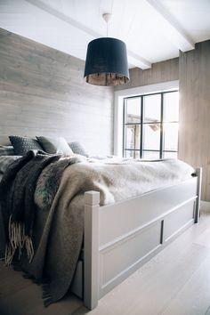 På hovedsoverommet er dobbeltsengen tegnet spesielt for hytta og har tradisjonelle utskjæringer.