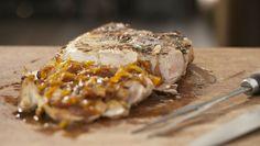 Pernil de porco assado na grelha Salmoura de limão, pimenta, louro e alecrim deixa a carne suculenta mesmo após o preparo