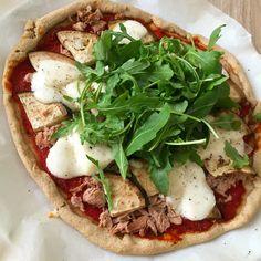 Met deze gezonde pizza is een schuldgevoel nergens voor nodig! De bodem is gemaakt van havermout en de tomatensaus is zelfgemaakt. Heerlijk!