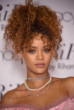 32 Celebrity Curly Hairstyles We Love: Rihanna Lots of tight kinky curls work just as well pinned up in the back and flipped forward as they do in a ponytail or hanging down. Rihanna Hairstyles, Girl Hairstyles, Curly Ponytail Hairstyles, Rihanna Haircut, Hairstyles 2018, Celebrity Hairstyles, Feathered Hairstyles, Updo Curly, Wedge Hairstyles