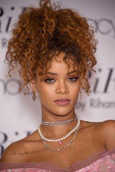 Les cheveux frisés de Rihanna