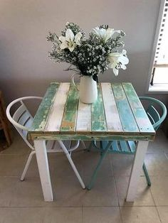 Here is a creative idea for the kitchen because it is good to save place by placing a repurposed wood pallet vintage table of small size in the kitchen if there is a couple living in the home. It serves well when there is dinning need and looks amazing. Wood Pallet Recycling, Recycled Pallets, Wooden Pallets, Pallet Wood, Pallet Fencing, Pallet Couch, Fence, Pallet Patio Furniture, Reclaimed Wood Furniture
