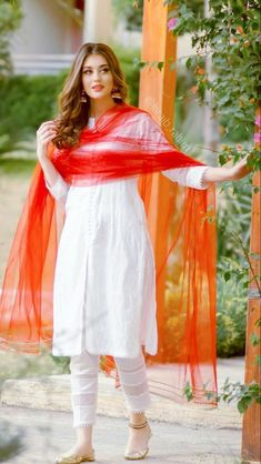 Simple Pakistani Dresses, Pakistani Fashion Party Wear, Indian Fashion Dresses, Dress Indian Style, Pakistani Dress Design, Indian Designer Outfits, Kurti Designs Pakistani, Pakistani Girl, Fashion Outfits