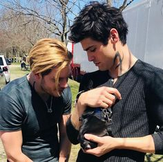 Image discovered by 🏹💒🌈🗡🕊. Find images and videos about shadowhunters, alec lightwood and matthew daddario on We Heart It - the app to get lost in what you love. Clary Et Jace, Alec And Jace, Clary Fray, Dominic Sherwood, Shadowhunters Tv Show, Shadowhunters The Mortal Instruments, Matthew Daddario Shadowhunters, Alec Lightwood, Jace Wayland