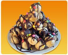 Soesjes surprise taart. Een surprise voor een echt snoepkont!  Een 'taart' van soesjes met chocolade en m&m's met in het midden een kadootje! Dus eerst snoepen en uitdelen en dan het kadootje uitpakken.