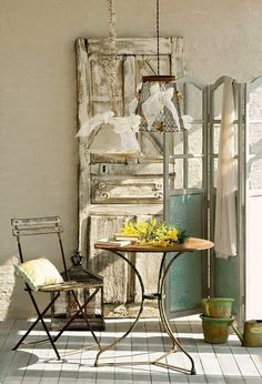 Luminárias criativas!O charme rústico das luminárias feitas com cestos de aramado, que funcionam como uma base perfeita também para trançados de palha ou fita.