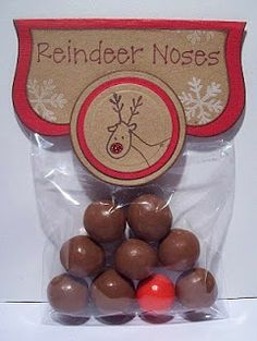 Narices de Reno: 8 bolas de chocolate y 1 M Rojo o una bola the chicle rojo ---- Reindeer Noses: 8 Brown (Whoppers) and 1 Red (Bubble gum). Such a cute idea! Noel Christmas, Christmas Goodies, All Things Christmas, Winter Christmas, Christmas Cards, Christmas Vacation, Christmas Gifts For Colleagues, Christmas Crafts To Sell Bazaars, Student Christmas Gifts