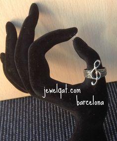 anillo de plata con incrustacion de la clave de sol. silver ring with inlay of the Sun key