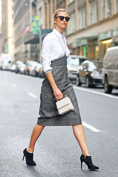 Karlie Kloss photos and videos Model Street Style, Classic Style Women, Classy Women, Bellisima, Latest Fashion Trends, Midi Skirt, Autumn Fashion, Women Wear, Style Inspiration