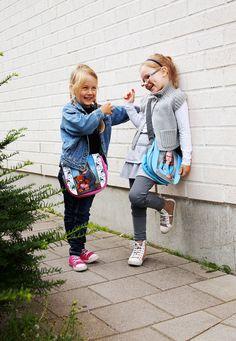 Rikkinäinen puhelin (suosikkileikkimme 3/6) | Rivin ensimmäinen kuiskaa viestin seuraavalle, joka taas kuiskaa kuulemansa eteenpäin. Rivin viimeinen kertoo mitä kuuli ja ensimmäinen paljastaa mitä oikeasti sanoi. Viesti muuttuu usein melkoisesti matkalla. www.kuvaverkko.fi #olkalaukku #laukku #valokuva #muotokuva #lapsikuva #päiväkotikuva #koulukuva #kuvaverkko #rakkaat #leikitään #leikitäänyhdessä #ulkoleikki #leikki #klassikko #kaverit #bestikset #syksy #peili #huvinvuoksi
